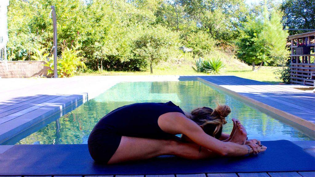 Yoga posture en flexion: pachimottanasana