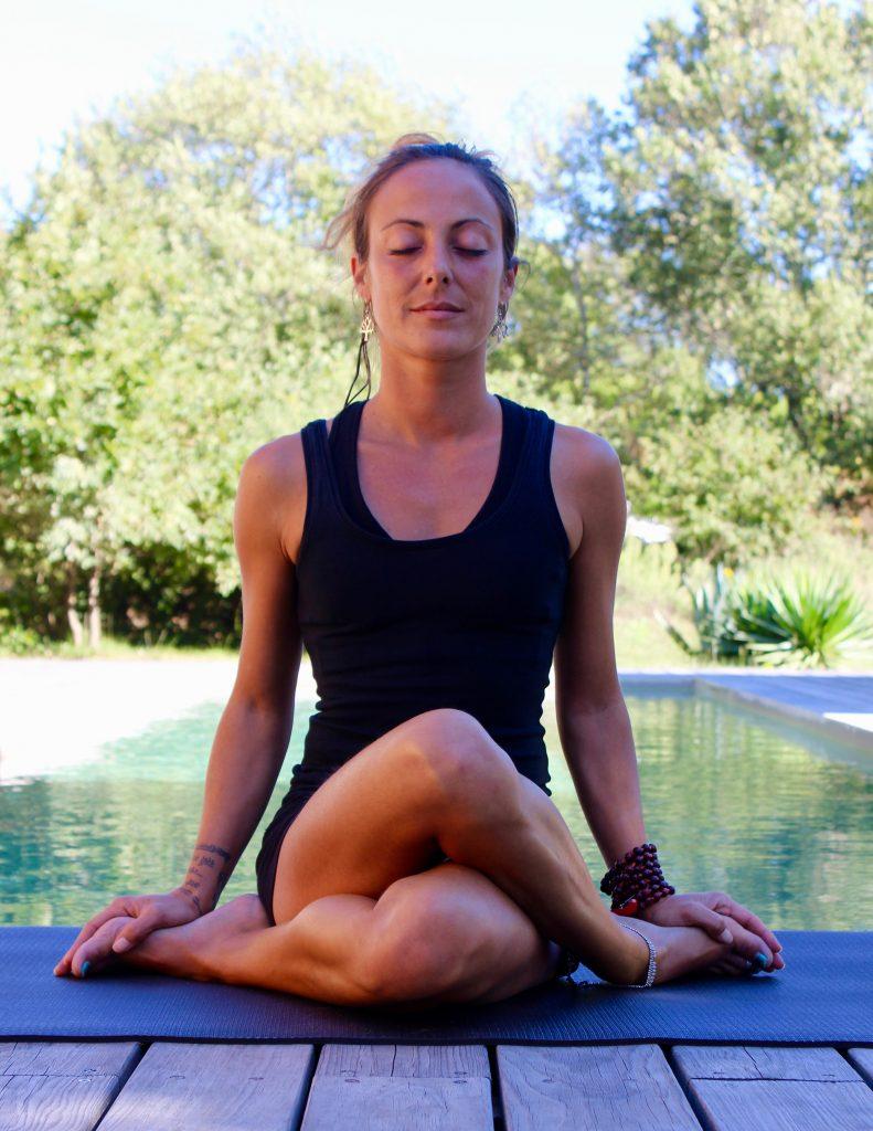 Posture de yoga assise: Gomukhasana